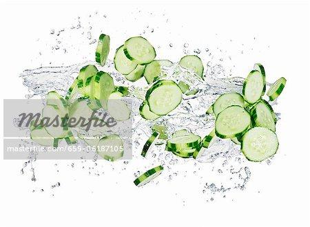 Tranches de concombre avec quelques gouttes d'eau
