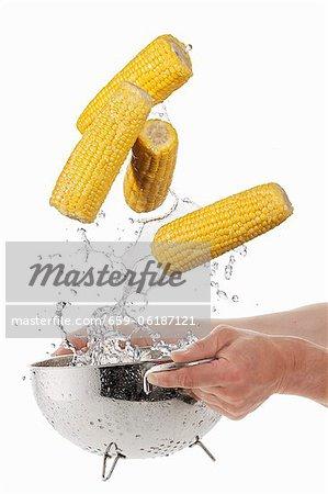 Laver le maïs en épi dans une passoire