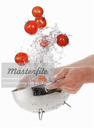 Laver les tomates tigre dans une passoire
