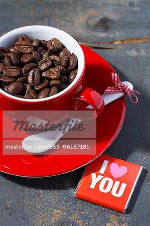 Une tasse de café expresso, remplie de grains de café