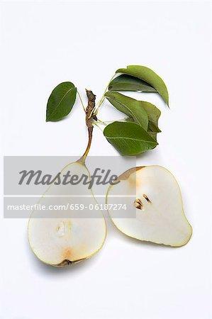 Une poire coupée en deux avec feuilles