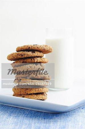 Stapel von Schokoladenkekse mit einem Glas Milch