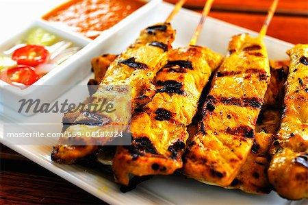 Gegrilltes Huhn Sate Kebabs mit dips