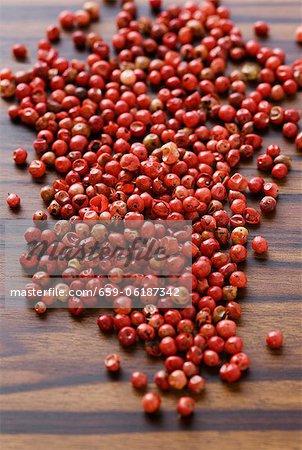 Tas de grains de poivre rouges