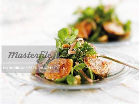 Salade aux figues sur une petite plaque de verre
