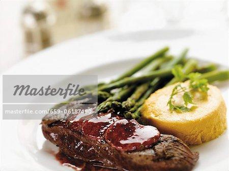 Steak grillé aux asperges et crème de carotte