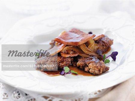 Paneed Hühnerleber mit sautierten Zwiebeln und Speck getrimmten