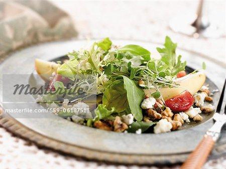 Poire et salade de fromage Gorgonzola sur une assiette de salade en étain avec une fourchette