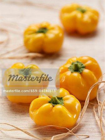 Mehrere gelbe Paprika
