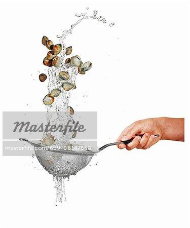 Laver les moules dans une passoire