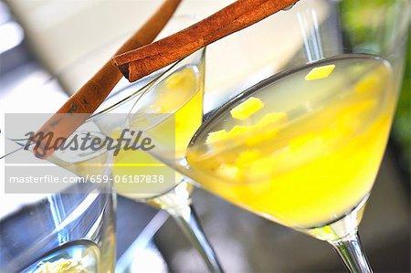 Cocktails de verger avec des bâtons de cannelle