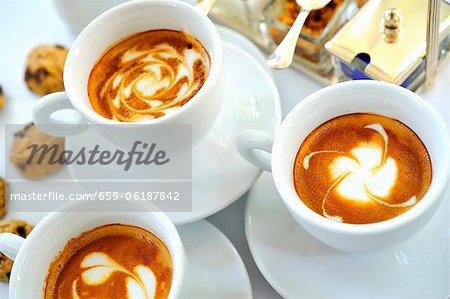 Cappuccino et petits biscuits d'Amaretti au chocolat