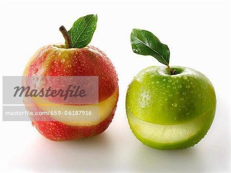 Une rouge et une pomme verte avec une tranche de chacun