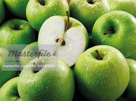 Granny Smith Äpfel, ganze und Hälften (füllt den Bildschirm)