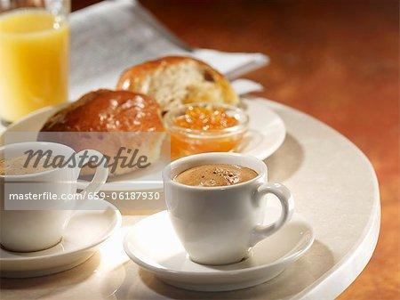 Deux tasses de café expresso avec jus brioche, confiture d'orange