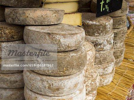 Fromages locaux exposés au marché du samedi matin de Chamonix ; Haute-Savoie, France