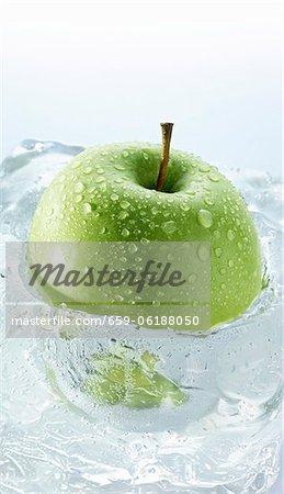 Pomme Granny Smith dans un bloc de glace