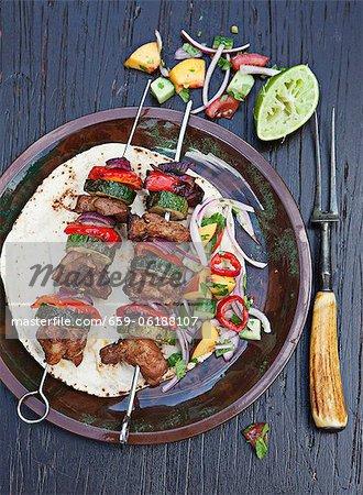 Brochettes de porc grillé avec courgettes et poivrons