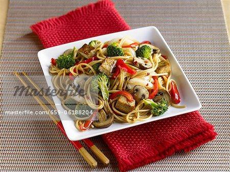 Tofu und Gemüse Rühren Braten mit Nudeln