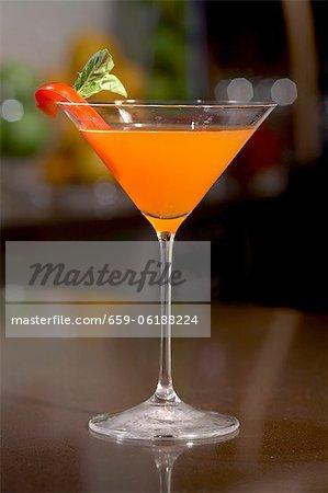 The Smoking Gun; Rum-Cocktail mit Grapefruit Twist; Roter Pfeffer garnieren