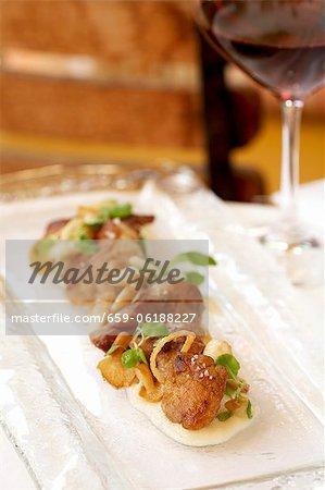 Pan Fried Chicken sur un plateau étroit ; Verre de vin