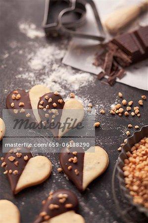 Biscuits en forme de coeur avec glaçage au chocolat et les noix hachées