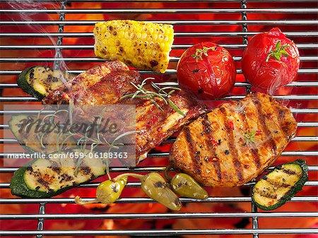 Côtes levées, steaks et légumes sur le gril
