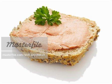 Une tranche de pain garnie de teewurst