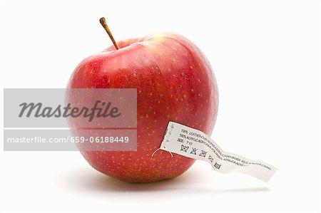 Une pomme avec une étiquette d'entretien (une icône pour la nourriture synthétiquement créé)