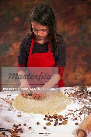 Ein Mädchen Kekse Ausschneiden