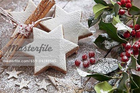 Cannelle étoiles avec décorations de Noël et de sucre à glacer