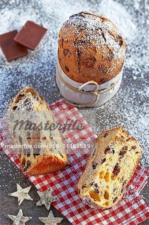 Mit Schokolade - typische italienische Weihnachtskuchen panettone