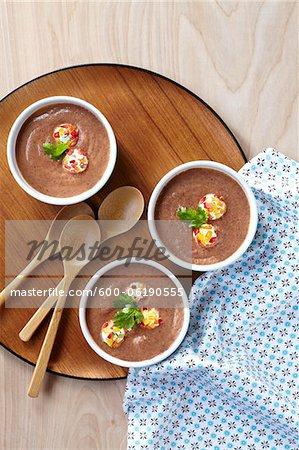 Schwarze Bohnensuppe mit Käse und Paprika