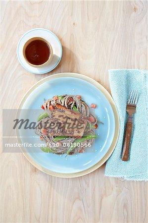 Saumon sur nouilles Soba aux petits pois et tomates
