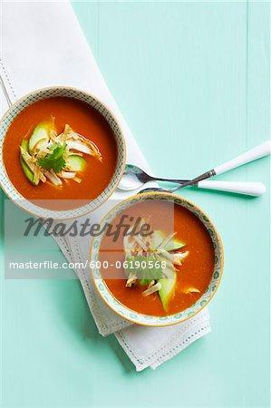 Soupe de tomates avec du poulet et les tranches d'avocat