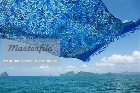 Sarong en soufflant dans le vent sur la mer d'Andaman, Trang, Thaïlande