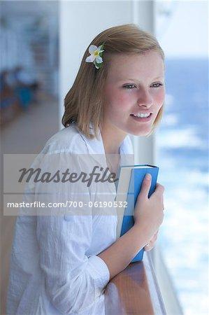 Adolescente avec livre sur bateau de croisière