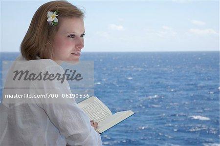 Teenage Girl livre de lecture sur le navire de croisière