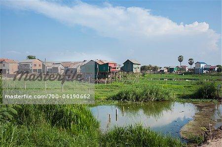 Maisons traditionnelles sur pilotis dans les rizières, Phnom Penh, Cambodge