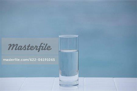 Verre d'eau avec fond coloré