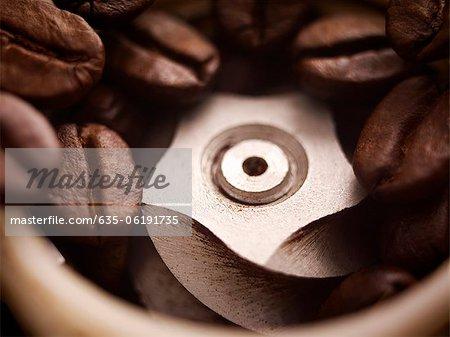 Gros plan de café en grains dans le moulin