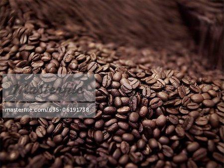 Gros plan de café en grains dans le processus de torréfaction