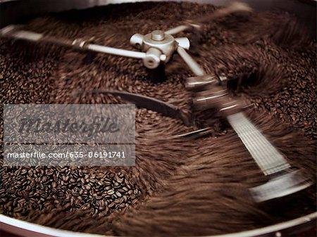 En cours de traitement en machine de torréfaction des grains de café