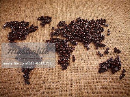 Grains de café formant la carte du monde sur la toile de jute