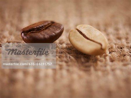 Nahaufnahme von hellen und dunklen Kaffeebohnen