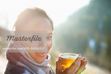 Portrait de femme souriante en écharpe cidre