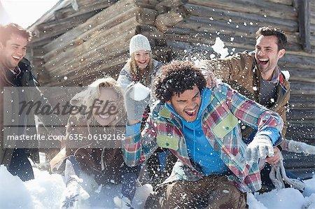 Amis profiter de combat de boule de neige