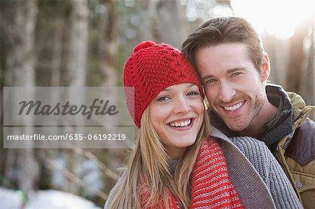 Portrait de couple à l'extérieur de sourire