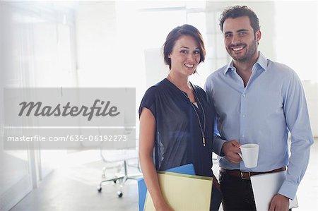 Portrait of smiling Unternehmer und Unternehmerin im Konferenzraum