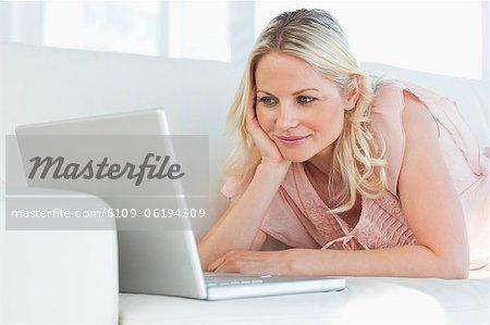 Süße Frau auf einen video-chat